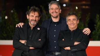 El director de 'Mediterráneo', Marcel Barrena, entre el fundador d'Open Arms, Òscar Camps (e) i l'actor Eduard Fernández (d)