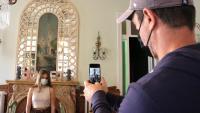 Dos visitants a l'Hotel Romàntic de Sitges, un dels espais del festival 48h Open House
