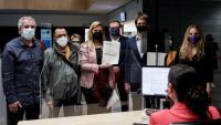 Els regidors de l'oposició, registrant la moció de censura divendres passat