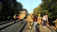 Efectius dels Bombers evacue els ferits del tren accidentat, aquest dilluns a Sils