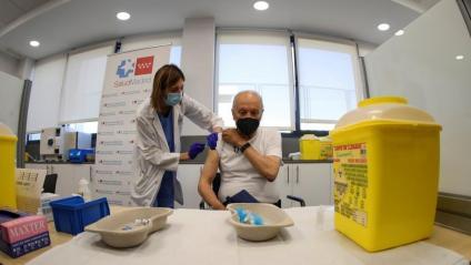 Un home rep la vacuna de la grip i de la Covid-19, a Madrid