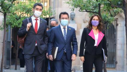 El president del Govern, Pere Aragonès; el vicepresident, Jordi Puigneró; i la consellera de la Presidència, Laura Vilagrà, abans del Consell Executiu