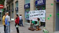 Imatge d'una protesta de la PAH davant una oficina del BBVA, a Manresa