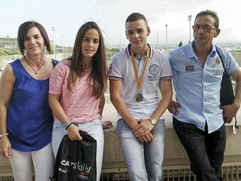 Yeray Pargaña, amb els seus familiars a l'Institut Nacional d'Educació Física, el dia del lliurament del premi
