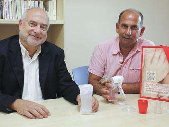 Ramon Salinas i Khaled Khatib, amb el paquet que s'entrega a les mares donants de llet materna Ivette Ballesteros