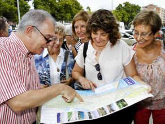 Mossèn Miquel Planas aquest dimecres abans de sortir amb un mapa d'Israel Griselda Escrigas