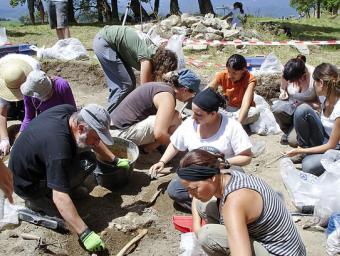 Francisco Etxebarria, a l'esquerra, excavant a l'entorn del castell de Besora, el passat mes de juliol  Núria Capdevila