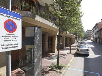 Des de dilluns passat, aquest cartell és present a tots els carrers on s'ha implantat la zona d'aparcament limitat gratuït  Jordi Puig