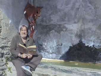 El regidor de Cultura i Turisme, Ramon Feixa, amb el seu conte en un dels punts on ja s'ha ubicat un drac de metall Isaac Muntadas