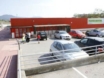 La nau que acollirà la botiga ja anuncia la propera obertura al públic Griselda Escrigas