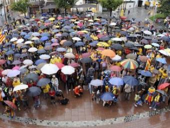 Panoràmica de la plaça de l'Església de la Garriga plena de gent i paraigües Ramon Ferrandis
