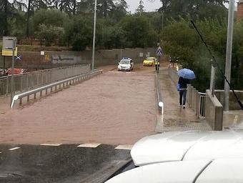 El nou pont de les Cremades convertit en una gran piscina d'aigua. Ara, s'obriran noves escapatòries per la banda sud