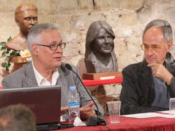 Josep Tarrés i Josep Cruanyes, al Temple Romà de Vic, a la presentació de l'estudi sobre la mort de Xavier Rifà que han fet a partir de la r Jordi Puig