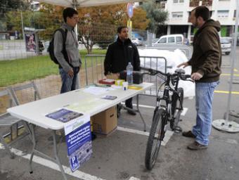 Un ciclista fa les gestions per deixar la bicicleta a l'aparcament habilitat, aquest divendres Ramon Ferrandis
