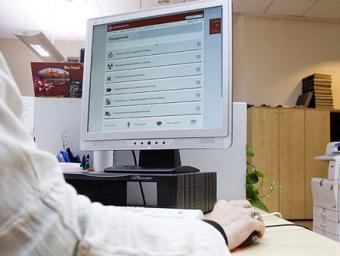 Una usuària consulta el nou apartat de la transparència de la web de l'Ajuntament de Vic Sagi Serra
