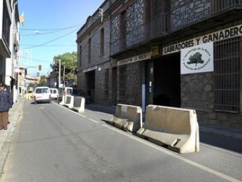 Unes tanques delimiten el carril obert al trànsit al carrer Catalunya on han començat les obres de reforma. El pas de camions s'ha reduït dràsticament Ramon Ferrandis