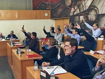 El grup de CiU, al fons, votant a favor de la moció. En primer terme, Jordi Casals i Joan López, del grup d'ERC