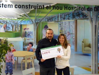 Jordi Crous, cofundador i director comercial de Happyludic, i Mariana Romero de l'equip de fundraising de l'Hospital Sant Joan de Déu