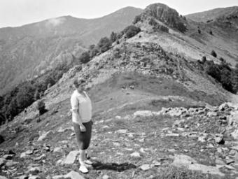 Una dona al coll del Turó de l'Home en una imatge que data de l'any 1913 quan no hi havia encara cap mena de construcció al cim ni a Puigsesolles ÒSCAR TORRAS I BUXEDA / ARXIU FOTOGRÀFIC CEC