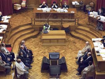 Un moment del judici a l'Audiència de Barcelona. A dreta i esquerra, els 11 metges, farmacèutics i representants de distribuïdores de farmàcia que van Marc Sanyé