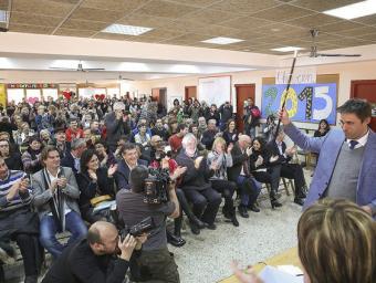 Carles Bartrina exhibint la vara davant dels 300 veïns que van assistir a l'acte de dissabte Albert Llimós