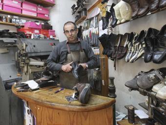 Joan Vilardell treballant a la sabateria. Aquestes dues parets, més la de l'aparador, conformen tot l'espai disponible Jordi Puig