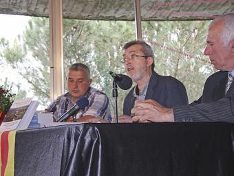 Joan Lagunas, amb els alcaldes dels dos municipis, a la presentació del llibre Sagi Serra