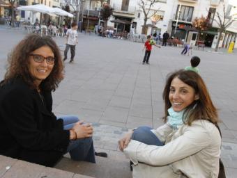 Neus Bulbena, a l'esquerra, alcaldessa de la Garriga quan es va fer la reforma de les places, i l'actual alcaldessa, Meritxell Budó dimarts a la plaça Griselda Escrigas