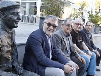 D'esquerra a dreta, Gassó, Costa, Font i Ribas, asseguts a la plaça de l'Ajuntament al costat de l'escultura que va fer Silvio Pérez Carralero i que r GRiselda Escrigas