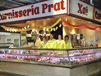 Oriol Safont a la carnisseria que té el mercat municipal de Cardedeu, on va obrir fa 33 anys