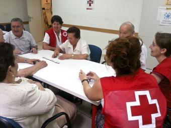 Voluntaris durant una reunió de treball a la seu de la Creu Roja de Granollers