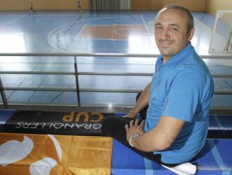 Joan Toro, coordinador de la Cup a Vilanova, al pavelló amb una de les banderes del torneig que el decoraran Griselda Escrigas