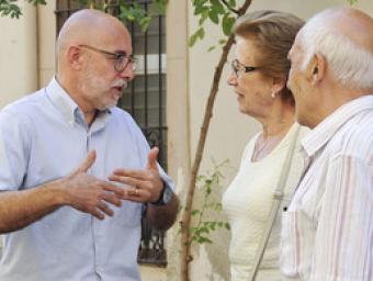Deulofeu parla amb Maria Montasell i Lluís Bota aquest dilluns al matí al carrer Major de Dalt Ramon Ferrandis