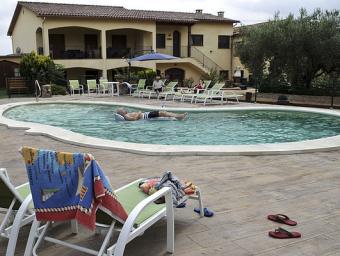 La casa de Can Gual, a l'Ametlla, amb un client a la piscina fa uns dies Ramon Ferrandis