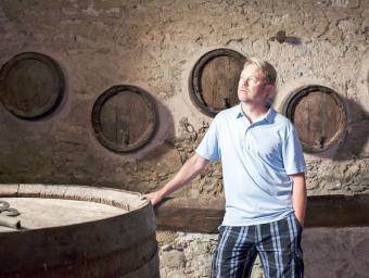 Brad Call en un espai de la casa on encara hi ha bótes i una premsa de vi antigues. Ell construirà una nova bodega Marc Sanyé