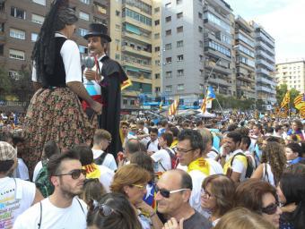 Els gegants de prat, en Vicenç i l'Àgata, ballant entre la multitud ahir a la Meridiana Albert Llimós
