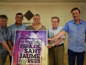 Representants de la Fira de Sant Jaume, amb el regidor d'Esports, Jordi Cervera, i la regidora de Comerç, Montserrat Caelles