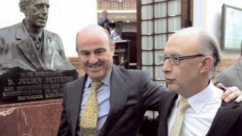 Luis de Guindos (esquerra) i Cristóbal Montoro, ministres d'Economia i d'Hisenda, respectivament, als passadissos del Congrés, ahir, a Madrid F.A. / EFE