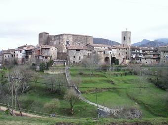 Una vista del conjunt històric de Santa Pau des del mirador de Can Poet.  J.C