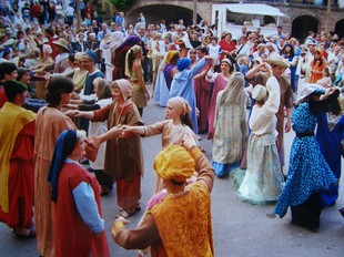 Els carrers i places de Cardona tornen a l'època medieval.  AJ. CARDONA