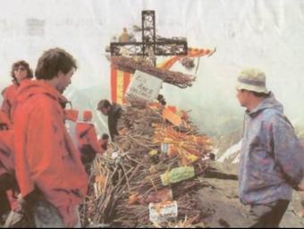 Fa tres dies centenars de persones eren al cim del Canigó per portar-hi els feixos pel foc de Sant Joan EL PUNT