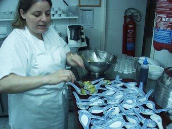 Carme Domingo ha preparat el primer tast d'aquesta cuina solidària. ESCORCOLL