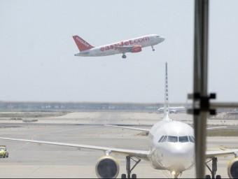 Un avió, enlairant-se des de la tercera pista del Prat, que transcorre paral·lela al mar GABRIEL MASSANA