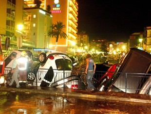 Una imatge per recordar: l'avinguda d'aigua que es va endur 46 vehicles de la riera de Calella el 2006. XAVIER FOLCH