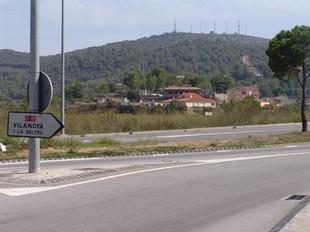 El Montgròs, de fons, vist des del terme municipal de Canyelles. La muntanya comptarà amb un túnel de 1.560 metres.  C.M