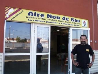 Locals d'Aire No de Bao amb Hervé Pi, secretari de l'associació. EL PUNT