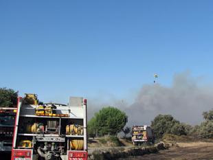 Dotacions terrestres i aèries treballen per controlar el foc a Agramunt, prop del nucli de la Donzell dUrgell   ORIOL BOSCH/ACN