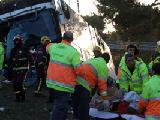 Els serveis d'emergències atenen un dels joves ferits en l'accident d'autocar a la AP-7 a Bàscara   ACN / TANIA TÀPIA