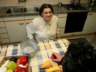 Una dona que rep una prestació reconeguda amb la llei de la dependència.  MANEL LLADÓ