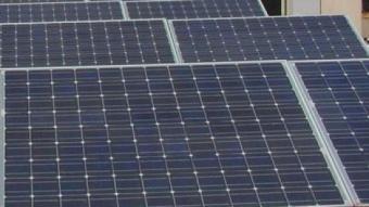 Instal·lació d'energia eòlica i fotovoltaica en la coberta d'un edifici de Barcelona ARXIU